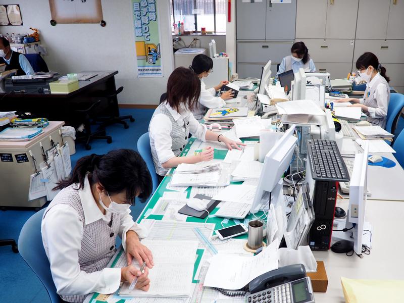 吉澤運送の本社事業所の事務所内
